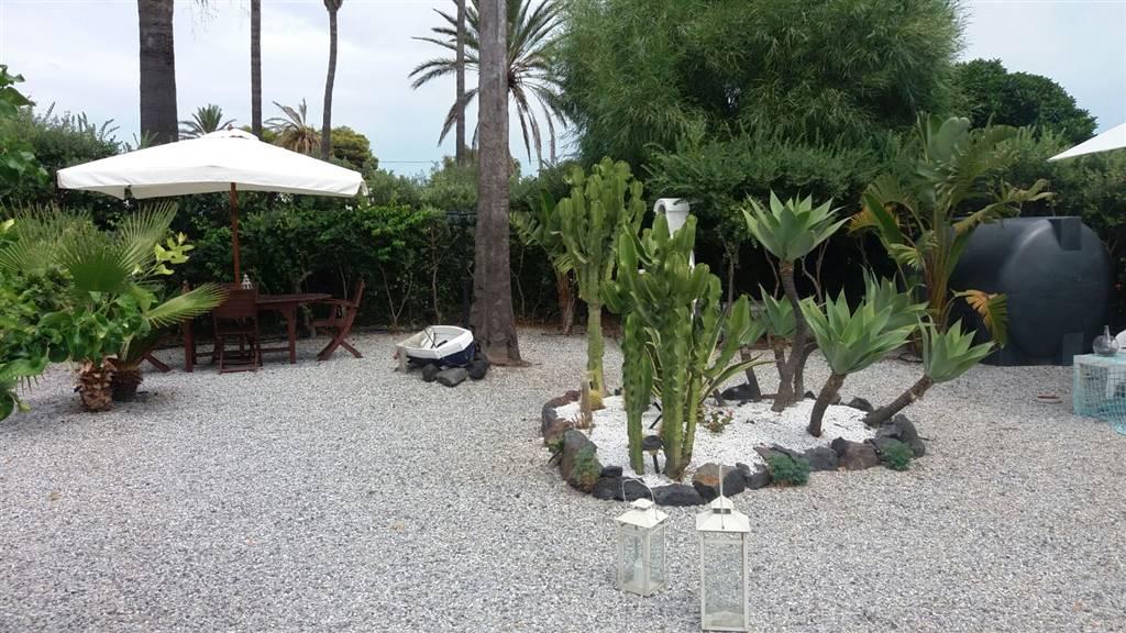 Vende villa con giardino Lipari vulcano