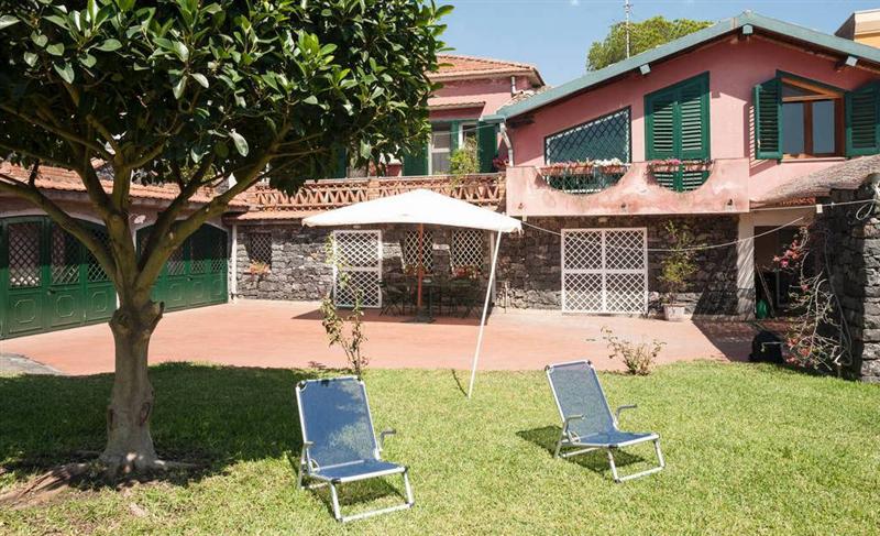 Casa in villa con giardino vcino al mare wifi