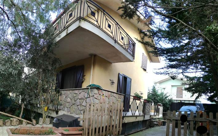 Villa unifamiliare in residence con ampio giardino