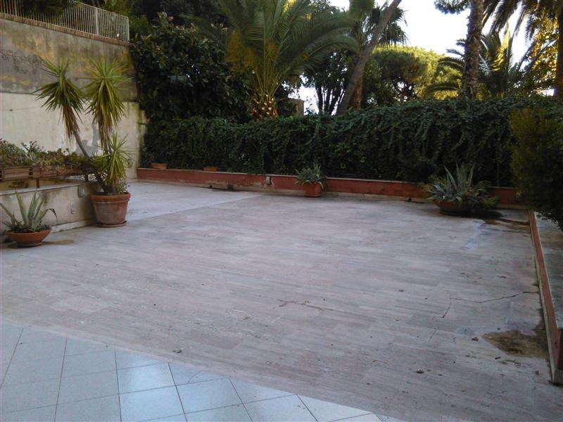 Appartamento con terrazzo a napoli in parco grifeo for Appartamenti arredati napoli