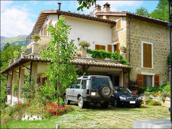 Vende villa con terrazzo a Montemonaco