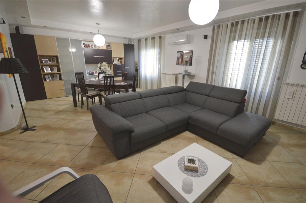 Appartamento con terrazzo in via magna grecia - c.da frasso, Rossano
