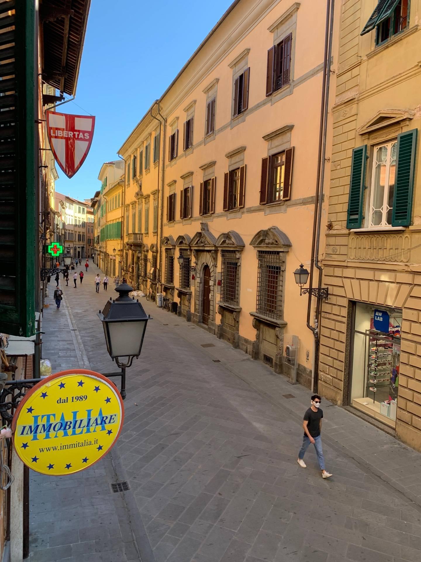 Attività commerciale a Pisa - lungarni - 01