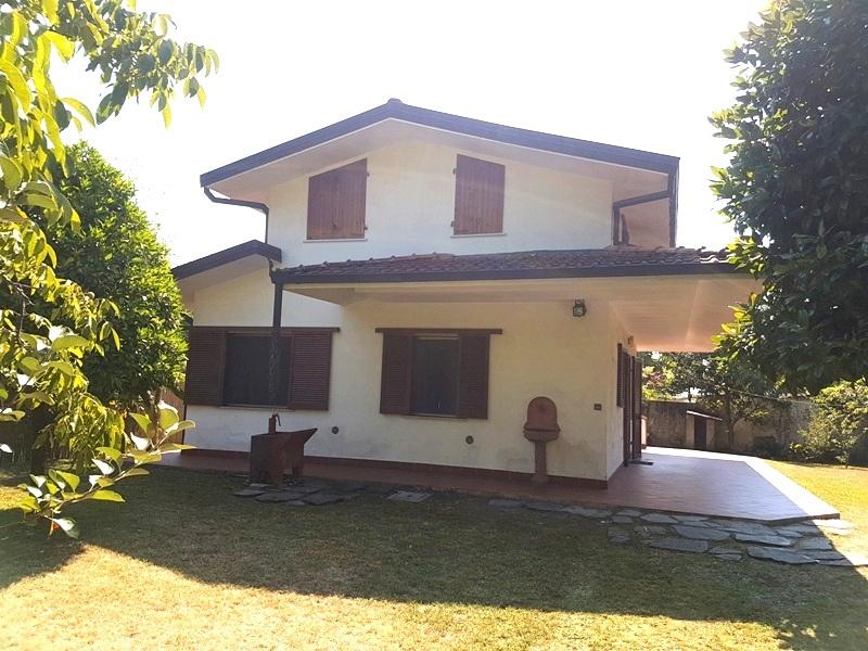 Villa con giardino in via verdi, Massa