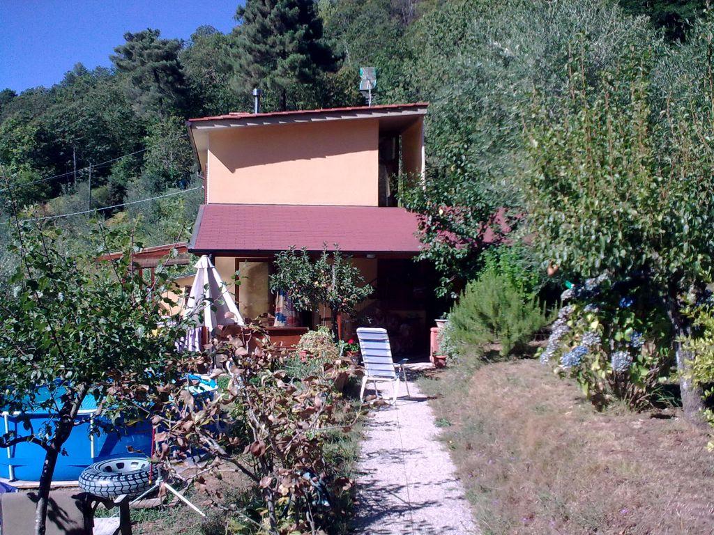 Casa indipendente con giardino a Pescia - 01